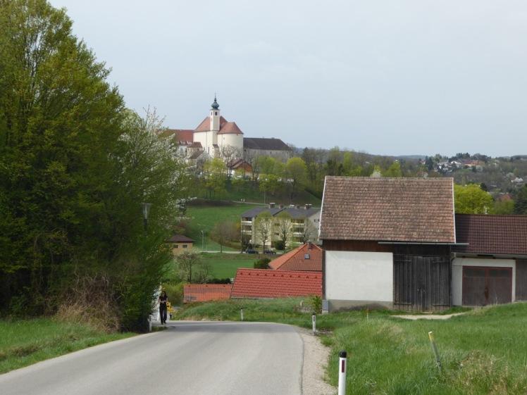 07 Rückblick auf Neulengbach Kirche und schöne Wandererin