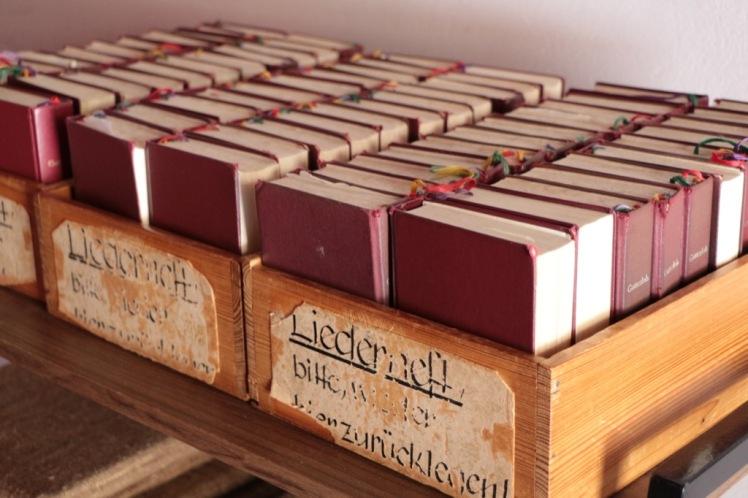 27 Lourdesgrotte Gebetbücher