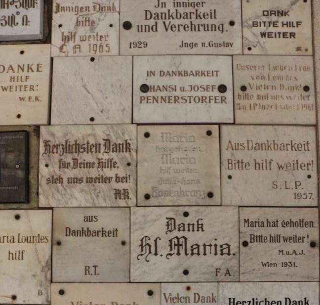 28 Lourdesgrotte Dankestafeln