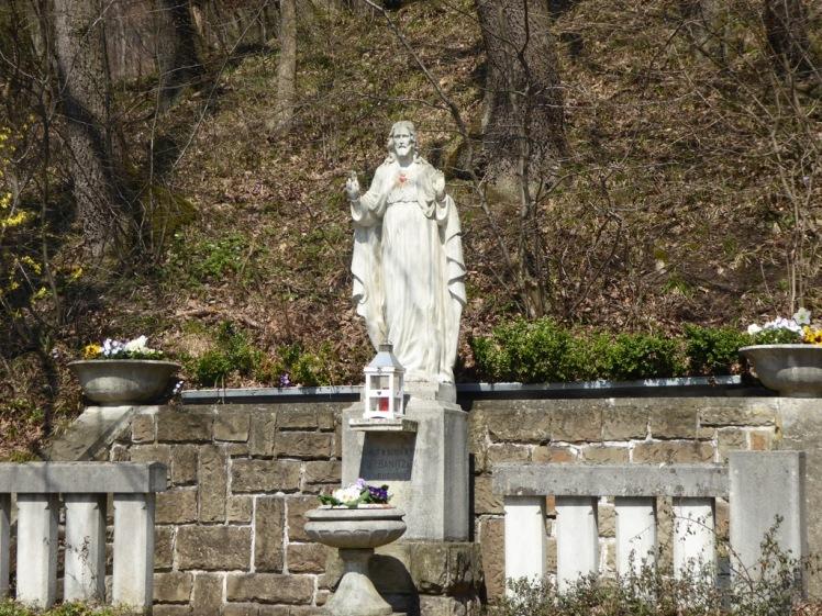 33 Christusstatue bei Lourdesgrotte-Straßenabzweigung