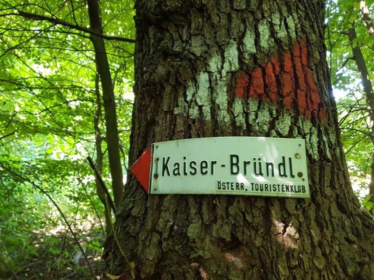 """01 erste Abzweigung bei Pressbaum_Schild """"Kaiser-Bründl"""".jpg"""