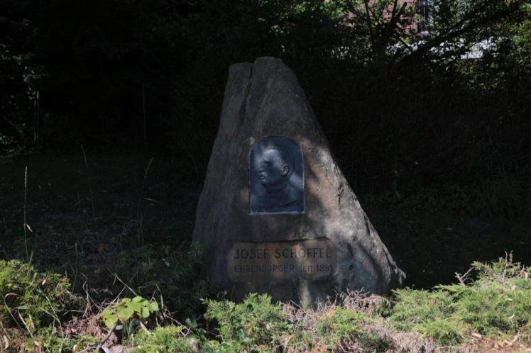 01 Schöffel-Gedenkstein Pressbaum.JPG