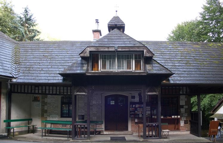 Lourdesgrotte_im_Wienerwald_Ständerbautrakt
