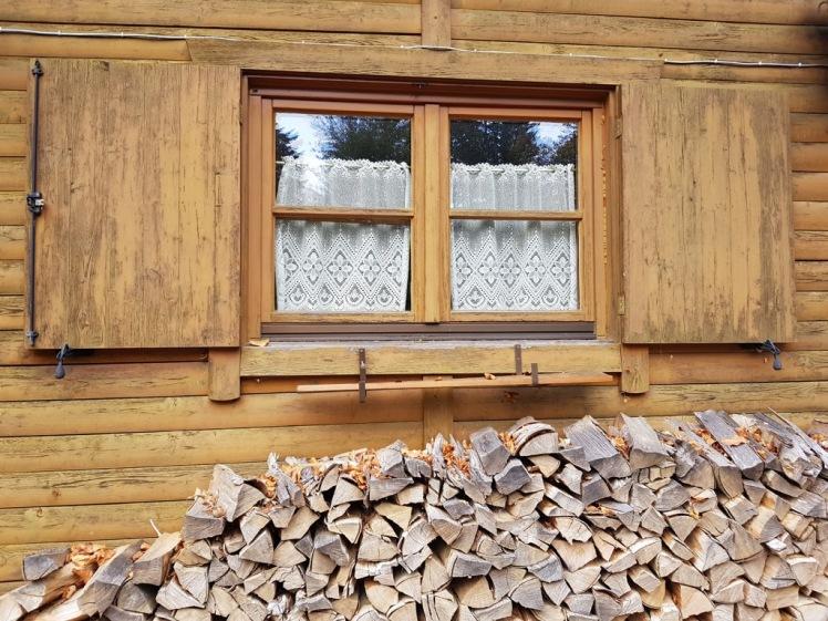 31A Holzstoß Fenster Stockerhütte Instagram