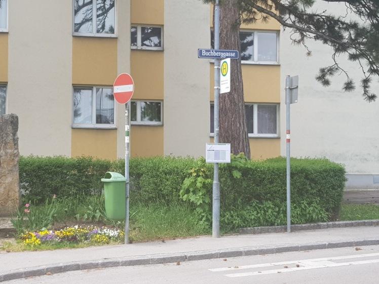 02 Buchberggasse mit Straßenschild UND Markierung