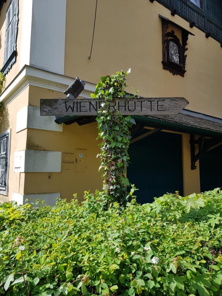 04 Wegweiser zur Wienerhütte am Kirchenvorplatz