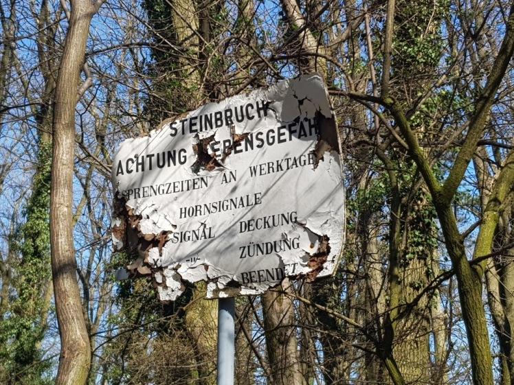 05 altes Steinbruchschild oberhalb Burg Greifenstein